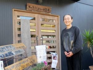 父・中島弥平さんの遺志を受け継ぎ、ギャラリーの運営を担う娘の真弓さん