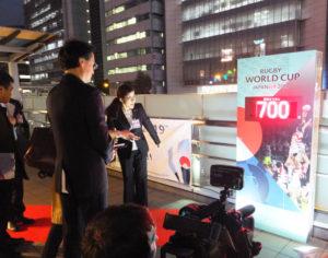 2年後の秋に開催予定のラグビーW杯に向けて、新横浜駅ペデストリアンデッキにカウントダウンボードが設置!除幕式にはメディアも多数訪れた(2017年10月23日17時30分頃撮影)