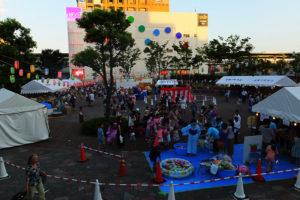 盆踊りは明るいうちから多数の人が詰め掛けていました