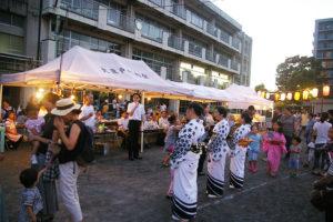2016年の大豆戸小での盆踊りは、予定通り7月28日に開催!挨拶に横山日出夫区長も訪れていました
