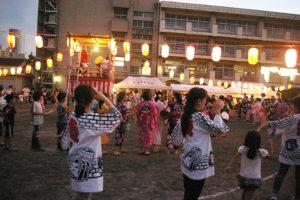 夜店はなく、シンプルに盆踊りを楽しむスタイルで開催。子どもたちや地域の方で賑わっていました