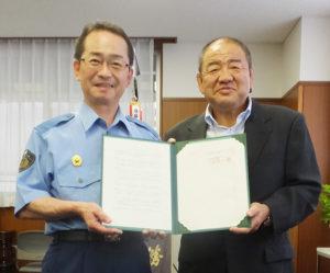協定書を手にする港北警察署の陶山和美(すやまかずよし)署長(左)と菊名ドライビングスクールの加瀬部さん