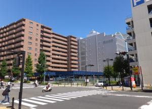 マンション建設が予定されている新横浜3丁目交差点の立体駐車場跡地