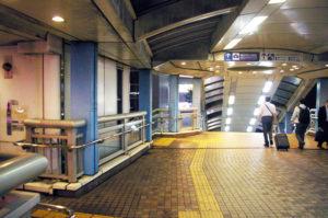 新横浜駅から新横浜2丁目、横浜労災病院や日産スタジアム方面に伸びるこの歩行者デッキ(歩道橋)の上にまで飲食店の違法な看板があったという