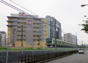 いわゆる「ラブホテル」「ブティックホテル」は大半が横浜線の線路を岸根側に越えた先の「新横浜1丁目」に位置している