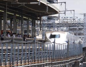 新横浜駅に到着する「のぞみ」号