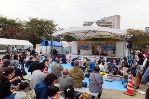 日産スタジアム会場へ向かう途中にある「新横浜駅前公園野球場」では、22日(土)のみ「ふるさと港北ふれあいまつり」も開催中