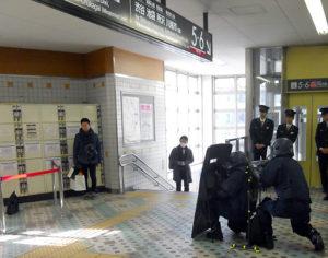東急菊名駅に爆発物とみられるバッグが発見されたという設定で、県警機動隊の爆発物処理班が対応する訓練に