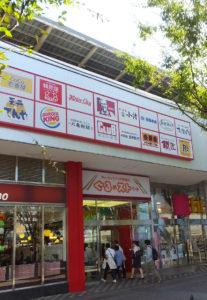 新幹線の高架下部分にある飲食店街「ぐるめストリート」は気軽に入れる店が多い