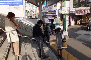 ストにもかかわらず思わず階段に並んでしまう人も(菊名駅東口、10時40分ごろ)