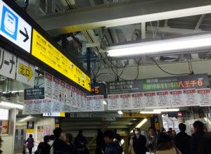 横浜線の新横浜駅には「混雑見込」のチラシが大量に貼られている