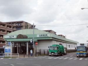 宮内新横浜線の道路上に設けられている北新横浜駅