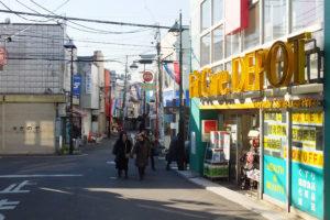 「Fit Care DEPOT(フィットケアデポ)妙蓮寺店」(右)と12月31日に閉店した「さのや」(左)