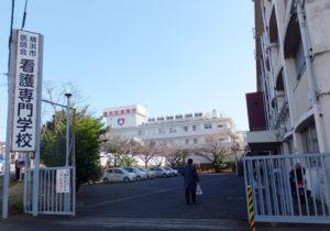 菊名駅から徒歩約5分、綱島街道沿いの菊名記念病院と隣接した場所にある横浜市医師会看護専門学校