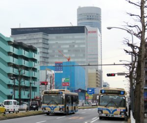 大豆戸町の環状2号線を走る横浜市営バス