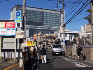 かつて坊主(ぼうず)が行き来したことから「坊海道(街道)」と呼ばれる篠原町の主要道から新横浜駅側をのぞむ