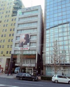 9階建てのビルを使った葬儀場「ラステル新横浜」は新横浜2丁目北側交差点近くにある