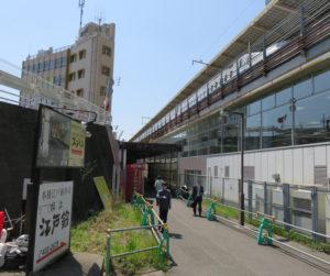 左に建っているのが新横浜ビルディング、右が新幹線の新大阪方面ホーム