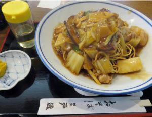 戸隠の名物「すごもり」(税込1000円)は「皿うどん」の日本そばバージョン