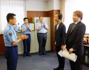 """「初対面」なのに連携プレーで""""還付金詐欺""""を防いだ松尾洋介さん(左)、金澤雄一さん(右)に感謝状が送られた"""