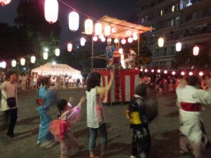 天候にも恵まれ、多く近隣の方が集まり、盆踊りを楽しみました。ハイツの皆さんによる夜店も賑わっていました