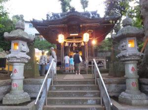 夕暮れの社殿が明るい光で彩られていました