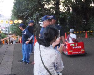 消防団の皆さんによる電動消防車の運転も親子で楽しむ姿が見られました