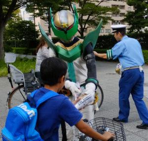 太尾新道入口交差点付近の通行人に季節の梨や事故防止を訴えるチラシを配布