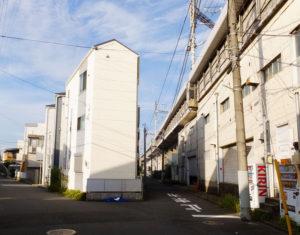 シューズラウンジ株式会社の横浜倉庫(右側)は菊名7丁目の新幹線高架下、大倉山駅から南西側線路沿い(最左の道)を南下すると徒歩7分程度、環状2号線の新菊名橋交差点に近い場所にある