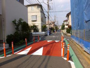 実証実験が行われていました。通りかかる車や二輪車は注意深く通行している様子が見られました(13時頃撮影)
