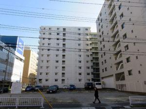 10階建て36戸のマンションが2019年5月末までに建てられる予定の駐車場、左手に見えるのは神奈川スバル、左奥はカリモク家具