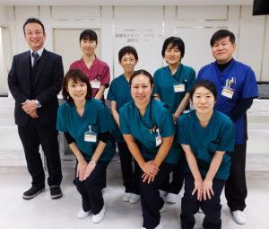 2周年を迎えた新横浜メディカルサテライトの現場を支える医療スタッフの皆さん。受診者にも分かりやすいようにとユニフォームの色で担当部門が異なるという