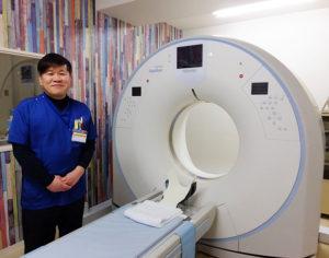 通算23年ものキャリアを持ち、放射線科をまとめている金丸(かなまる)裕之主任。早期の肺がん発見にも注目が集まる胸部ヘリカルCT(らせんCT)も担当。趣味は読書とのこと