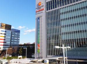 商業施設「キュービックプラザ」が入る新横浜中央ビル(右)と、新幹線ホーム(中央奥)。暴力団関係者と思われる姿が新幹線を利用、送迎とおぼしき車の乗り降りなどで見られることもあるという