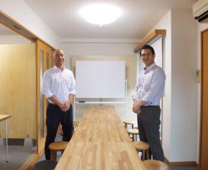 木目調にこだわったセミナールームを3階に新規開設。広さは約30平方メートル、10数名収容の小規模な会合向けスペースとして活用していきたいと澤口さん(左)
