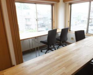 綱島街道を眺められる窓際のスペースも