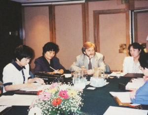 世界的ピアニストのクリスチャン・ツィメルマン氏(ポーランド、写真中央)にインタビューしたのも想い出深いと鈴木美美子さん(最左、1997年頃)(鈴木美美子さん提供)
