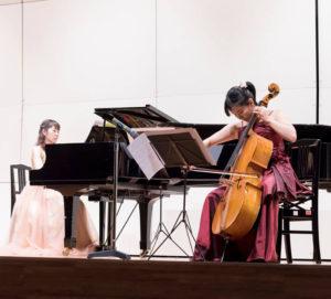 今年7月16日に初開催された、出産を控えたパパ・ママも対象の「ウェルカムベビーコンサート」は港北公会堂(大豆戸町)で開催。約300名が来場し、優しいクラシック音楽の響きに酔いしれた。チェロ演奏は中野律子さん(右)、ピアノ担当は佐藤奈央さん(ハッピーマザーミュージックのFacebookページより)