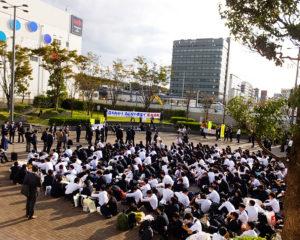 新横浜駅から旅立つ修学旅行生が偶然立ち会うなど、北口西広場でのキャンペーン活動は大いに盛り上がった