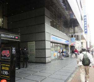 地下鉄8番出口を出たら、ローソン港北新横浜二丁目店とHUB新横浜店の間から金子第一ビル4階にほぼ濡れすにアクセスできる