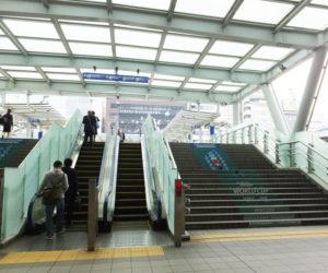 JR新横浜駅の建物をそのまま直進、ラグビーW杯でアレンジされた階段を見ながらエスカレーターを昇り、新横浜プリンスが見える方向へ右折する