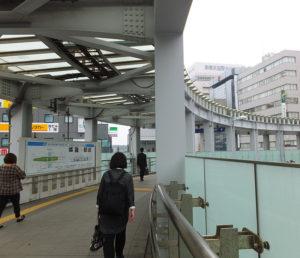 円形歩道橋を左折、右前方に新横浜国際ホテル、宮内新横浜線(セントラルアベニュー)が見えたら、階段をそのまま降りる