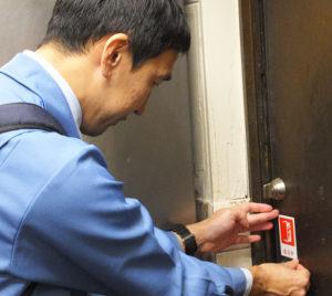 横浜市が今年(2018年)7月に作成・発表した、命を守る「防火戸(ぼうかど)」に気づいてもらうための「防火戸ピクトグラム」のステッカーも、ビル・店舗の協力を得て貼付した