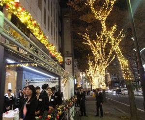 点灯式には同ホテルの内定者13名も参加し、イルミネーションの点灯を祝った