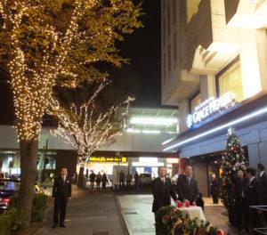 新横浜町内会の金子清隆会長、同ホテルの親会社・株式会社くらしの友の伴良二社長がスイッチを押し、イルミネーションが点灯された