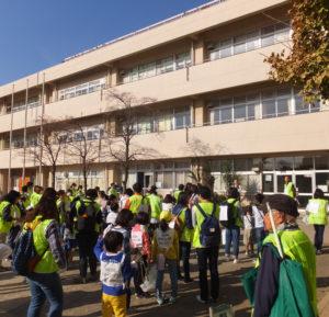 穏やかな初冬の気候となったこの日、城郷小学校には約130人が集結。5班に分かれ、城郷地区を1時間強もの時間をかけて巡回した