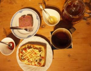 ゆったりとした雰囲気の中、大倉山のはちみつを好みで入れることもできる紅茶やハーブティー、トーストや自家製ケーキなども楽しめる
