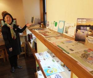 カフェ内には地域情報が盛りだくさん。イベント開催情報やコミュニティへの参加について鈴木さんにアドバイスをもらえることも