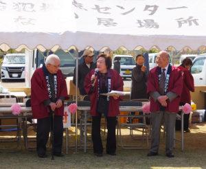 昨年(2018年)の大倉山さくらまつりでの故・植木貞雄さん(左)。大倉山夢まちづくり実行委員会の代表として、同会の立ち上げから長く運営を担ってきた。大倉山地区連合町会会長の飯山精三さん(右)らと