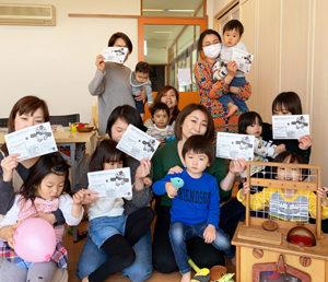港北区地域子育て支援拠点どろっぷで、マップ折り作業を行う「新横浜Bマップ」の皆さん(同会事務局提供)